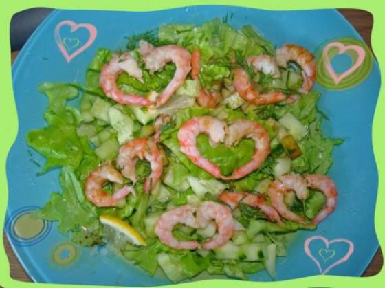 салат с креветками, говорящий о любви