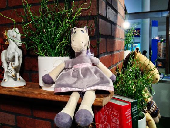 красивая плюшевая лошадка